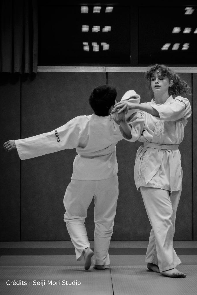 Élèves pratiquant l'aikido